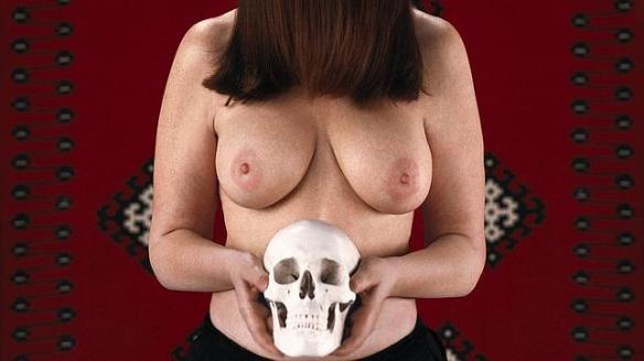 Épica erótica balcánica. Mujer con calavera.